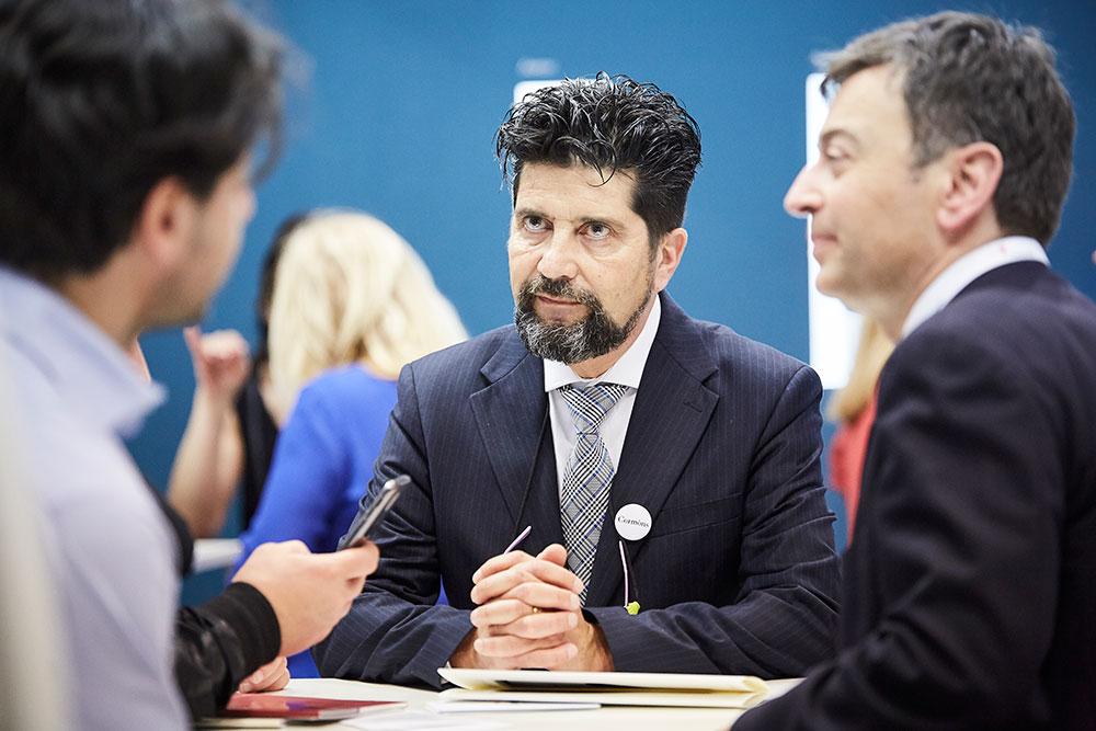 Andrea Russo il consulente aziendale parla assieme ai clienti della loro attività